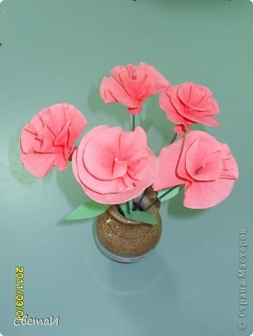 В канун 8 марта детям 4-5 лет и их родителям было предложено смастерить цветы. Посмотрите, какие мастера посещают мою группу МДОУ.  Гвоздики (семья Тополовых). фото 1