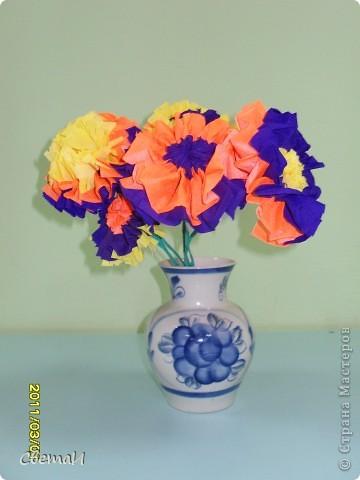 В канун 8 марта детям 4-5 лет и их родителям было предложено смастерить цветы. Посмотрите, какие мастера посещают мою группу МДОУ.  Гвоздики (семья Тополовых). фото 3