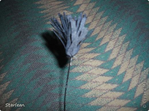 нам понадобиться: - ткань креп-сатин - гипюр -термолента(метражная для подшива брюк) - кусочек ткани для середки - проволока - гофр.бумага -клей ПВА - маркер черный фото 9