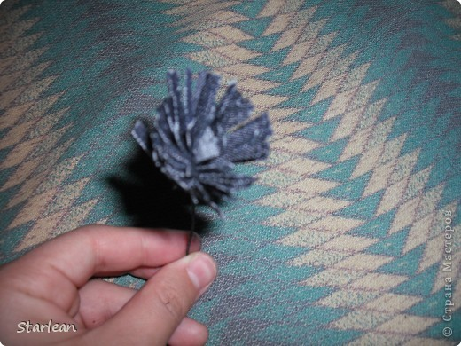 нам понадобиться: - ткань креп-сатин - гипюр -термолента(метражная для подшива брюк) - кусочек ткани для середки - проволока - гофр.бумага -клей ПВА - маркер черный фото 10
