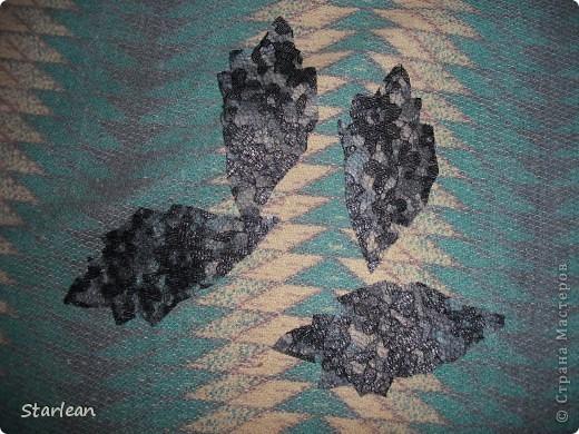 нам понадобиться: - ткань креп-сатин - гипюр -термолента(метражная для подшива брюк) - кусочек ткани для середки - проволока - гофр.бумага -клей ПВА - маркер черный фото 20