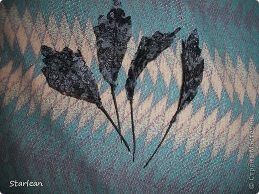 нам понадобиться: - ткань креп-сатин - гипюр -термолента(метражная для подшива брюк) - кусочек ткани для середки - проволока - гофр.бумага -клей ПВА - маркер черный фото 21