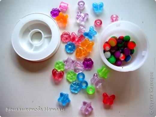 """Здравствуйте... на прошлой неделе мы с  моей Сонюшкой совершали экскурсию в магазин канц.товаров. Сколько же там всего яркого и красочного.. Мы купили  карандаши,  пластилин, раскраски и пластику """"Гамма"""".  Тем же вечером решили и попробовать ее. Для первого раза решили накатать разноцветных  шариков.. Это мы в свои 2 года уже умеем)).   Высыхали наши бусинки на балконе дня 3.  Вот  что у нас получилось.. Будем с Сонюшкой вместе рассказывать)).   фото 4"""
