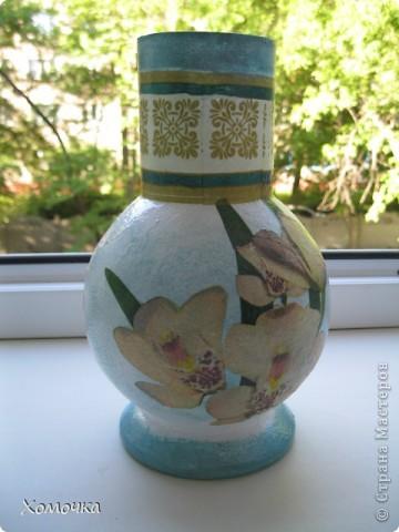 Я в прошлый раз сделала вазочку из бутылки и подарила сотруднице. Теперь мне натащили вагон стеклотары всех видов и просят что-то подобное. Вот я и сотворила несколько экземпляров. Тем более, что не было выхода в Интернет и высвободилось много свободного времени. фото 2