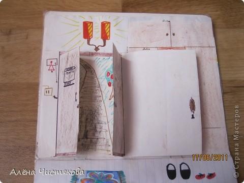Мы с сестрой тоже в детстве сделали домик в тетради для бумажных кукол. Этому домику более 30 лет. Мы всё рисовали сами. Журналов с красивыми вырезками тогда не было. Этот домик дорисовывался на протяжении 5-7 лет. После стольких переездов он сохранился каким-то чудом...Мы жили в маленькой двушке. И в этом домике воплощали свои мечты о большом доме... фото 3