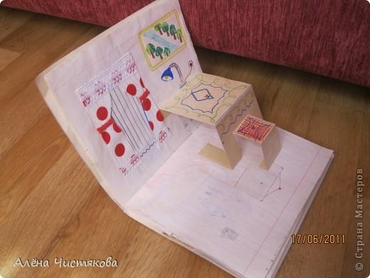 Мы с сестрой тоже в детстве сделали домик в тетради для бумажных кукол. Этому домику более 30 лет. Мы всё рисовали сами. Журналов с красивыми вырезками тогда не было. Этот домик дорисовывался на протяжении 5-7 лет. После стольких переездов он сохранился каким-то чудом...Мы жили в маленькой двушке. И в этом домике воплощали свои мечты о большом доме... фото 6