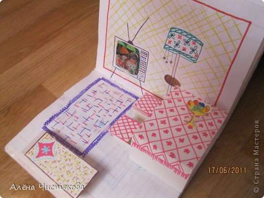 Мы с сестрой тоже в детстве сделали домик в тетради для бумажных кукол. Этому домику более 30 лет. Мы всё рисовали сами. Журналов с красивыми вырезками тогда не было. Этот домик дорисовывался на протяжении 5-7 лет. После стольких переездов он сохранился каким-то чудом...Мы жили в маленькой двушке. И в этом домике воплощали свои мечты о большом доме... фото 8