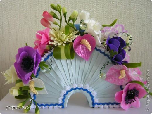 Давно не делала МК и решила исправить этот простой. Вот такой букет цветов я слепила из самодельного ХФ. На сайте флористов увидела букет для невесты оформленный как веер. И решила сделать свою упаковку для цветов в виде веера. Собственно в МК я и расскажу как я делала свой веер.  фото 16
