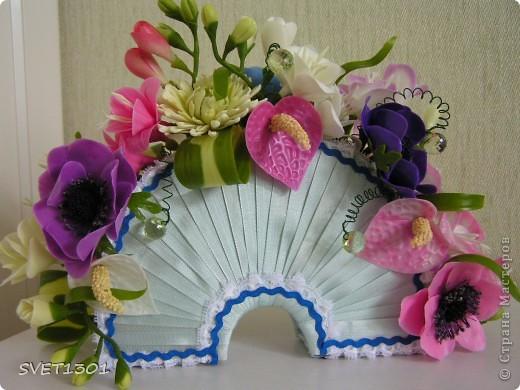 Давно не делала МК и решила исправить этот простой. Вот такой букет цветов я слепила из самодельного ХФ. На сайте флористов увидела букет для невесты оформленный как веер. И решила сделать свою упаковку для цветов в виде веера. Собственно в МК я и расскажу как я делала свой веер.  фото 1