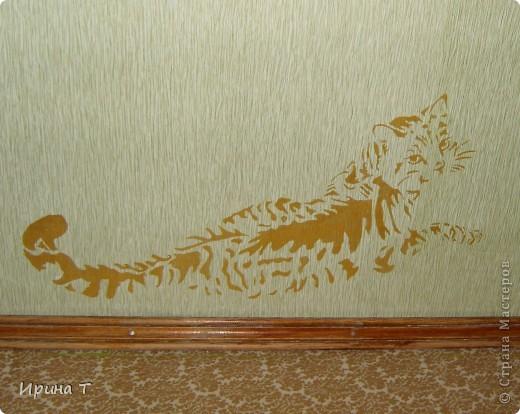 Кошка нарисована акриловой золотой краской на стене через трафарет-обои однотонные были скучноваты... фото 1