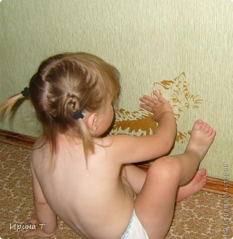 Кошка нарисована акриловой золотой краской на стене через трафарет-обои однотонные были скучноваты... фото 2