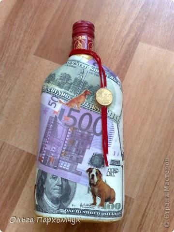 Бутылка декорирована денежными банкнотами и стикерами из магазина приколов.  фото 1
