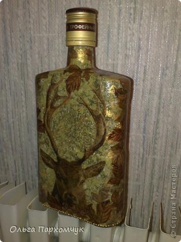 Бутылка декорирована денежными банкнотами и стикерами из магазина приколов.  фото 2
