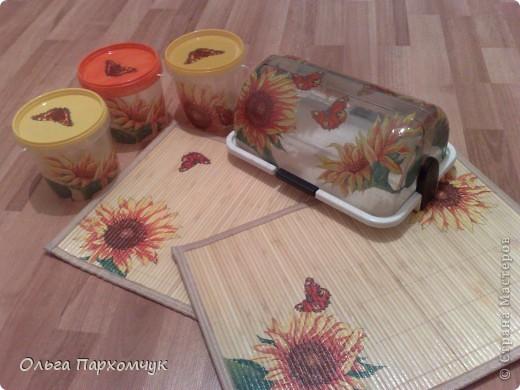 Бутылка декорирована денежными банкнотами и стикерами из магазина приколов.  фото 3
