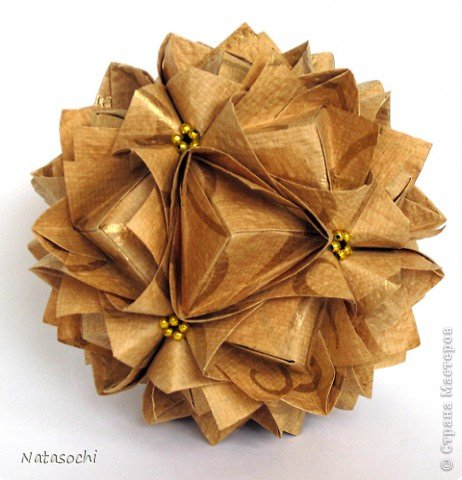 """Добрый день! Купила недавно новую бумажку. Интересная по фактуре, рельефная, шершавая, с небольшим золотым рисунком. Но самое главное - очень """"кусудамная"""". Автор: Maria Sinayskaya, Модель: Lotus crown   фото 2"""
