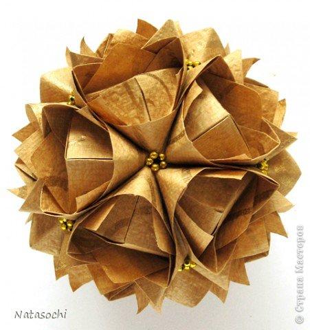 """Добрый день! Купила недавно новую бумажку. Интересная по фактуре, рельефная, шершавая, с небольшим золотым рисунком. Но самое главное - очень """"кусудамная"""". Автор: Maria Sinayskaya, Модель: Lotus crown   фото 3"""