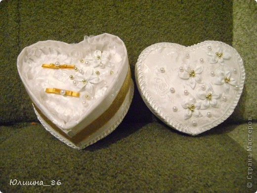 Когда решила сделать шкатулку под подушечку коробочку в виде сердца найти не смогла, поэтому делала ее сама, но картон оказался тонкий и плохо держал форму-пришлось стягивать стенки нитками. фото 1
