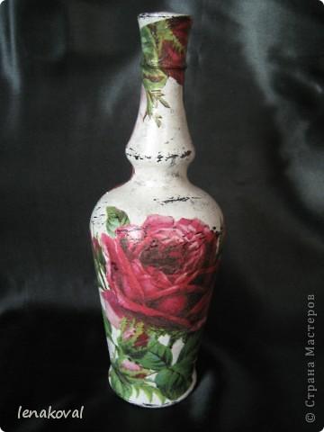 """Бутылочка """"Седая роза"""". Очень удачное приобретение салфетки с состаренным изображением роз. И в магазине бутылочка подкупила своей формой. Эти две составляющих стали главными элементами творчества, самой делать практически ничего не пришлось. Немного потерла свечкой, чуть-чуть попыталась покракелюрить. И вот что получилось. фото 1"""