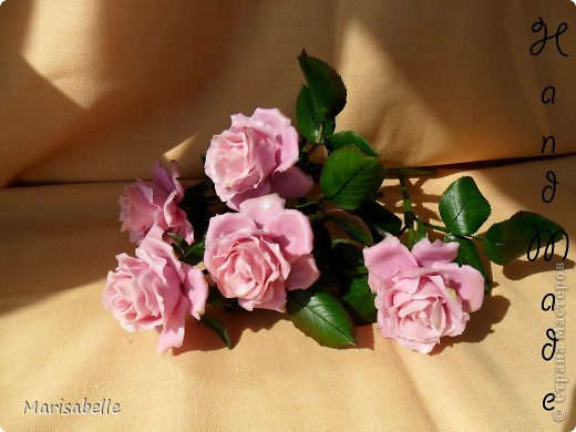 Еще раз здравствуйте за сегодняшний день! Наконец-то они готовы - мои долгожданные свои собственные розовые розы! Я просто очень их хотела, мечтала о них и очень-очень старалась. Когда вчера я их закончила - на глазах появились слезы счастья.   фото 2