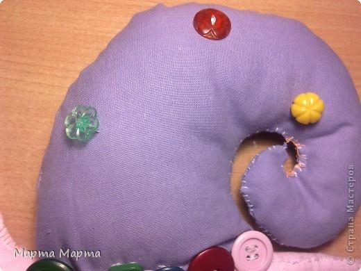 Вот такая у меня улитка-Тильда получилась. Делала в первый раз,да ещё руками,поэтому нитки кое-где выглядывают.Но всё равно она у меня самый первый любимый блин!Вид спереди. фото 3