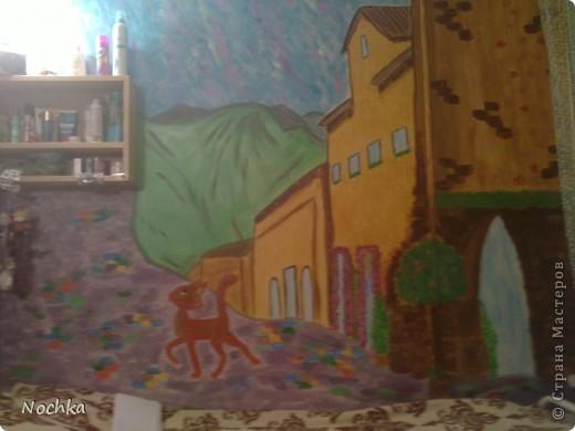 Работаю на севере, когда вокруг одни снега, всегда хочется немного солнца и ярких красок, особенно в комнате где живут молодые девушки. Рисовала на стене в общижитие, подарок для соседки по комнате. фото 1