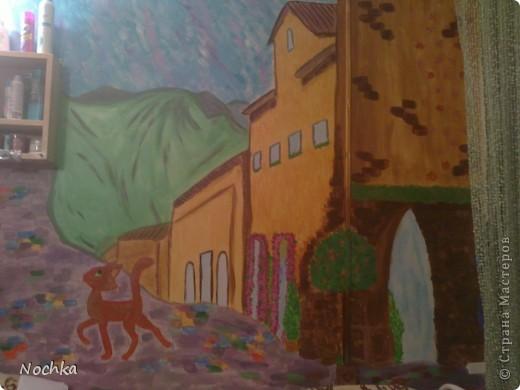 Работаю на севере, когда вокруг одни снега, всегда хочется немного солнца и ярких красок, особенно в комнате где живут молодые девушки. Рисовала на стене в общижитие, подарок для соседки по комнате. фото 7