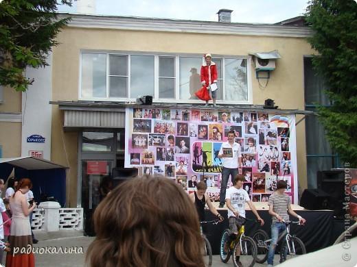 """Вчера у нас в городе проходил фестиваль молодежи """"Лето будет!"""" Пришел дед Мороз, чтобы лето отменить. фото 1"""
