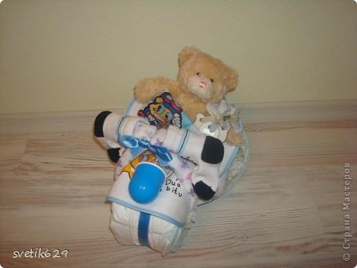 Вот и я попробывала скрутить чудо велик из памперсов . Три колеса всего 24 памперса ,бутылочка ,соска ,2 пеленки,носочки и мишка . фото 2