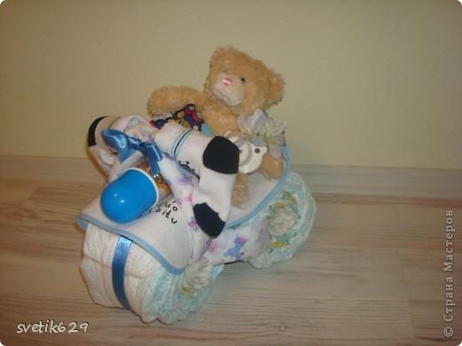 Вот и я попробывала скрутить чудо велик из памперсов . Три колеса всего 24 памперса ,бутылочка ,соска ,2 пеленки,носочки и мишка . фото 1