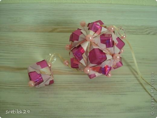 Ура и я сделала получился не шарик, а конфетка . Бумага правда тяжело склеивалась ,а в целом вроде не плохо))) фото 3