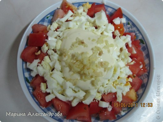 Очень простой и очень вкусный салат! Помидор и яйцо режет кубиком (примерно в одинаковых пропорциях), на мелкой терке трем сыр, заправляем майонезом и по вкусу выдавливаем чеснок! Чем больше чеснока, тем острее салат! фото 2
