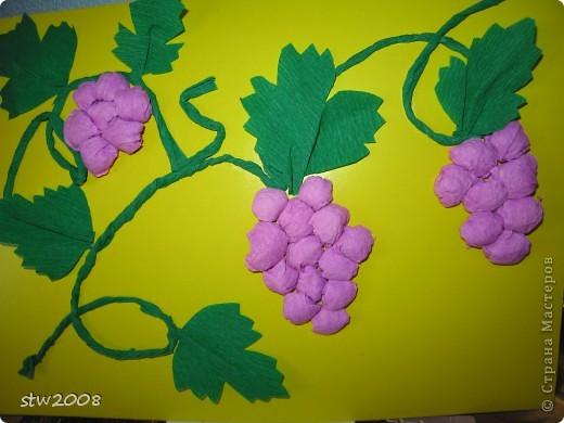 Катюшка делала веточки винограда из скрученной гофрированной бумаги, а ягодки катала из неё же шариками. И потом всё на кратон клеем-карандашом приклеивала.