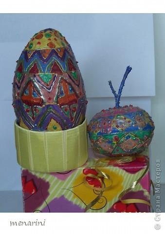 Яблоко и яйцо из папье-маше.