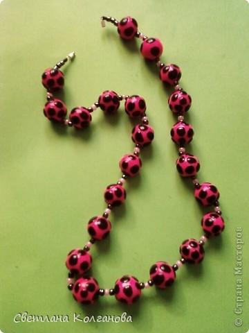 Хоть я и не люблю розовый цвет, но эти бусы мне нравятся, очень удачно, мне так кажется, я придумала на розовом черный пятнышки.  фото 1