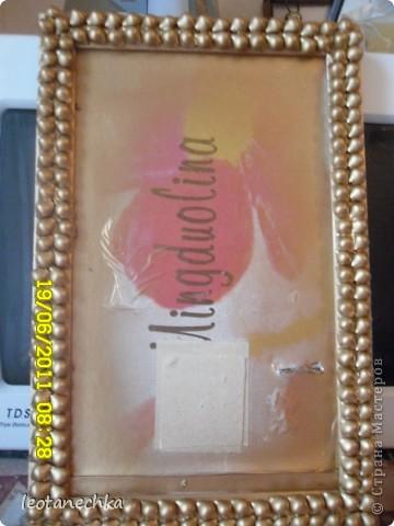 Рамка сделана из макарон (ракушки), покрыта золотой краской, потом лаком.