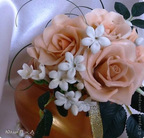 Эти беленькие цветочки, я иногда видела в свадебных букетах, но т.к. не знала названия рассмотреть их было сложновато. Потом увидела этот цветок у Сarol http://stranamasterov.ru/node/196382  (называется он оказывается  Стефанотис или мадагаскарский жасмин ) и решила слепить. фото 2