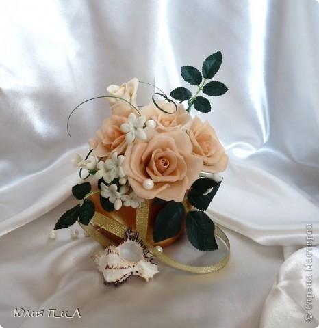 Эти беленькие цветочки, я иногда видела в свадебных букетах, но т.к. не знала названия рассмотреть их было сложновато. Потом увидела этот цветок у Сarol http://stranamasterov.ru/node/196382  (называется он оказывается  Стефанотис или мадагаскарский жасмин ) и решила слепить. фото 1