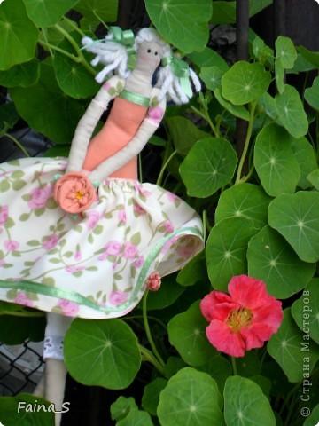 Хочу представить на суд мастериц Страны Мастеров мою первую куклу Тильду. Ее зовут Мила, наверное, потому, что она мне очень мила. Мила -  терпеливая девочка, уж очень долго я ее шила. фото 4