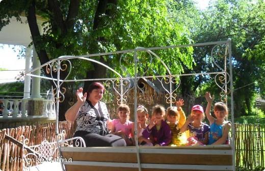 """В соседнем греческом посёлке Сартана второй год по инициативе местных предпринимателей находится замечательное место для отдыха родителей с детьми """"Деревня у Вашуры"""", или Сартанский зоопарк. Сюда мы с удовольствием приезжаем с учениками. Такие деревянные охранники встречают нас при входе. фото 34"""