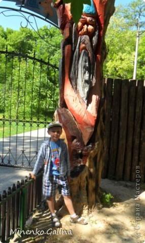 """В соседнем греческом посёлке Сартана второй год по инициативе местных предпринимателей находится замечательное место для отдыха родителей с детьми """"Деревня у Вашуры"""", или Сартанский зоопарк. Сюда мы с удовольствием приезжаем с учениками. Такие деревянные охранники встречают нас при входе. фото 39"""