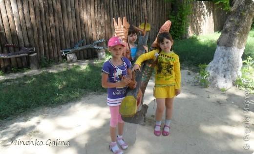 """В соседнем греческом посёлке Сартана второй год по инициативе местных предпринимателей находится замечательное место для отдыха родителей с детьми """"Деревня у Вашуры"""", или Сартанский зоопарк. Сюда мы с удовольствием приезжаем с учениками. Такие деревянные охранники встречают нас при входе. фото 43"""