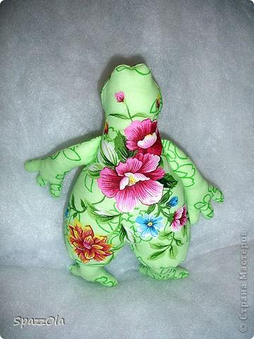 из веселой зеленой тканюшки получилась веселая зеленая лягушка фото 2