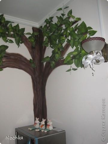 """Вот такое деревце """"растёт"""" в комнате рабочего общежития. Впервые подобное дерево я создавала для мамы, делала """"семейное древо"""" на ветвях красовались рамочки с фотографиями нашей семьи, распологалось оно по центру стены, в отличии от этого и ствол делала из кусочков ткани затем покрывала лаком, смотрится более естественно чем в нарисованном варианте. Это деревце тоже смотрится очень интересно и весьма оживляет комнату, навевает летнее настроение, даже в суровые морозы! фото 2"""