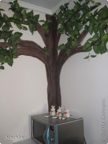 """Вот такое деревце """"растёт"""" в комнате рабочего общежития. Впервые подобное дерево я создавала для мамы, делала """"семейное древо"""" на ветвях красовались рамочки с фотографиями нашей семьи, распологалось оно по центру стены, в отличии от этого и ствол делала из кусочков ткани затем покрывала лаком, смотрится более естественно чем в нарисованном варианте. Это деревце тоже смотрится очень интересно и весьма оживляет комнату, навевает летнее настроение, даже в суровые морозы! фото 3"""