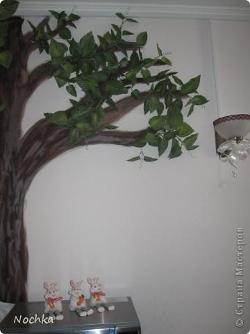 """Вот такое деревце """"растёт"""" в комнате рабочего общежития. Впервые подобное дерево я создавала для мамы, делала """"семейное древо"""" на ветвях красовались рамочки с фотографиями нашей семьи, распологалось оно по центру стены, в отличии от этого и ствол делала из кусочков ткани затем покрывала лаком, смотрится более естественно чем в нарисованном варианте. Это деревце тоже смотрится очень интересно и весьма оживляет комнату, навевает летнее настроение, даже в суровые морозы! фото 5"""