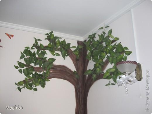"""Вот такое деревце """"растёт"""" в комнате рабочего общежития. Впервые подобное дерево я создавала для мамы, делала """"семейное древо"""" на ветвях красовались рамочки с фотографиями нашей семьи, распологалось оно по центру стены, в отличии от этого и ствол делала из кусочков ткани затем покрывала лаком, смотрится более естественно чем в нарисованном варианте. Это деревце тоже смотрится очень интересно и весьма оживляет комнату, навевает летнее настроение, даже в суровые морозы! фото 7"""