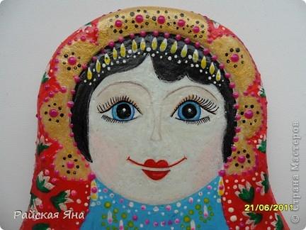 """Сделала матрешку (22см.) т.к. просто захотелось попробовать нарисовать лицо.  Долго я ее """"мучила"""" на сарафан терпения уже не хватило. фото 2"""
