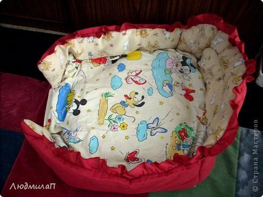 Постелька для щенка дочери.Дно-взяла подушку пуховую-простегала. Сшила чехол. Вокруг обшила прокладкой для детской кроватки-она на синтепоне.