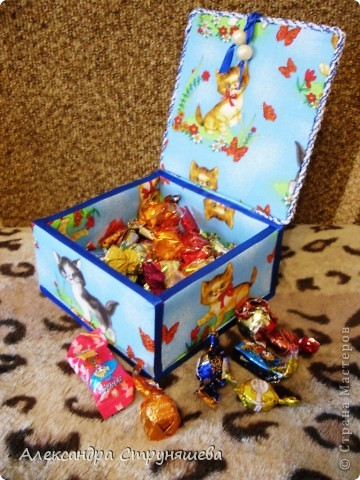 Шкатулка сделана по МК Натальи Ямщиковой (http://stranamasterov.ru/node/196808).Спасибо за подробную инструкцию! Только она больше размером, дно сделано не из потолочной плитки, а из толстого картона от обычной упаковочной коробки. Будет подарена на день рождения одной девушке-сладкоежке, чтобы шоколад и конфеты не лежали просто на столе! фото 1