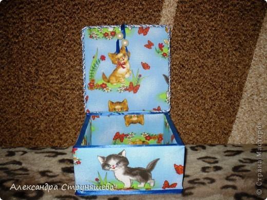 Шкатулка сделана по МК Натальи Ямщиковой (http://stranamasterov.ru/node/196808).Спасибо за подробную инструкцию! Только она больше размером, дно сделано не из потолочной плитки, а из толстого картона от обычной упаковочной коробки. Будет подарена на день рождения одной девушке-сладкоежке, чтобы шоколад и конфеты не лежали просто на столе! фото 4